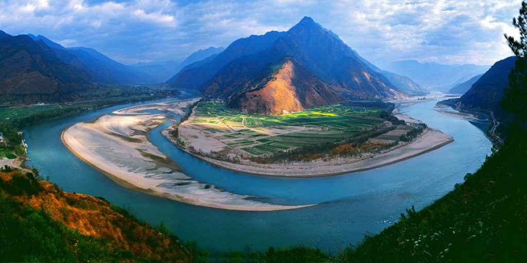 a bend in the Yangtze River - China Travel